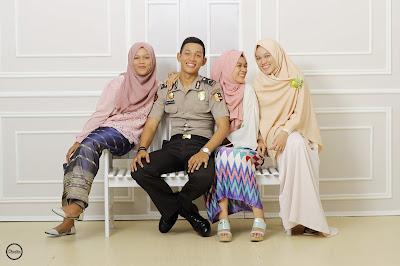 foto bahagia bersama keluarga dengan menggunakan gamis ria miranda