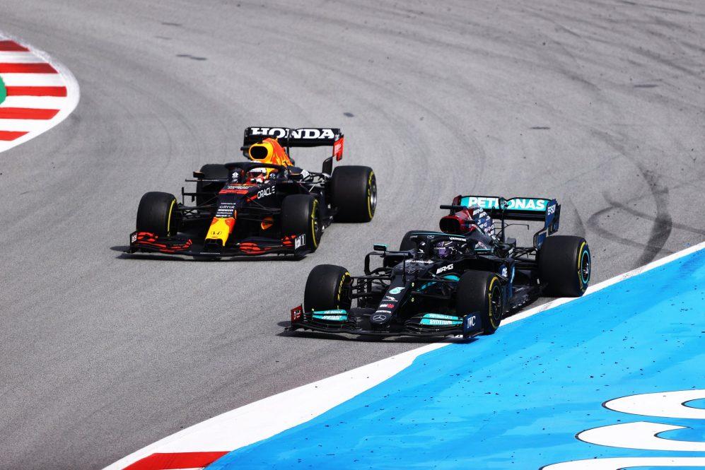 Hamilton executou uma estratégia de duas paradas e ultrapassou Verstappen com pneus mais novos no final da corrida