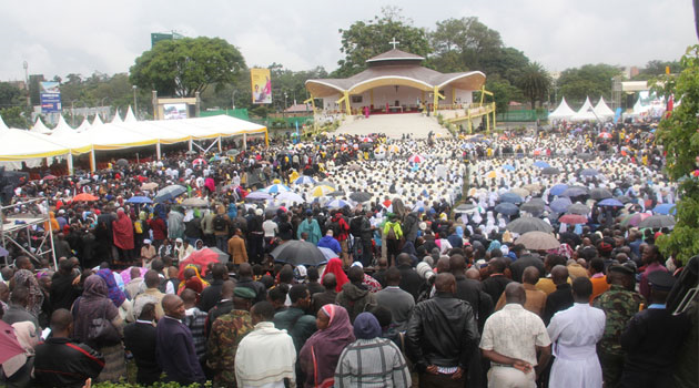 KENYA: Thousands attend Papal Mass in Nairobi despite the heavy rain