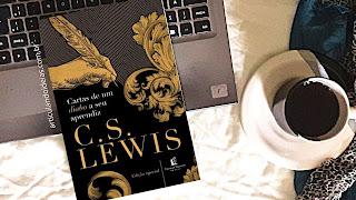 Livro cartas de um diabo a seu aprendiz sobre a mesa