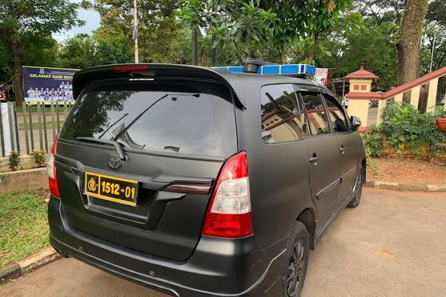 Mobil dinas yang digunakan sekelompok orang yang mengaku polisi untuk memeras seorang pemuda di Pondok Aren, Tangerang Selatan.