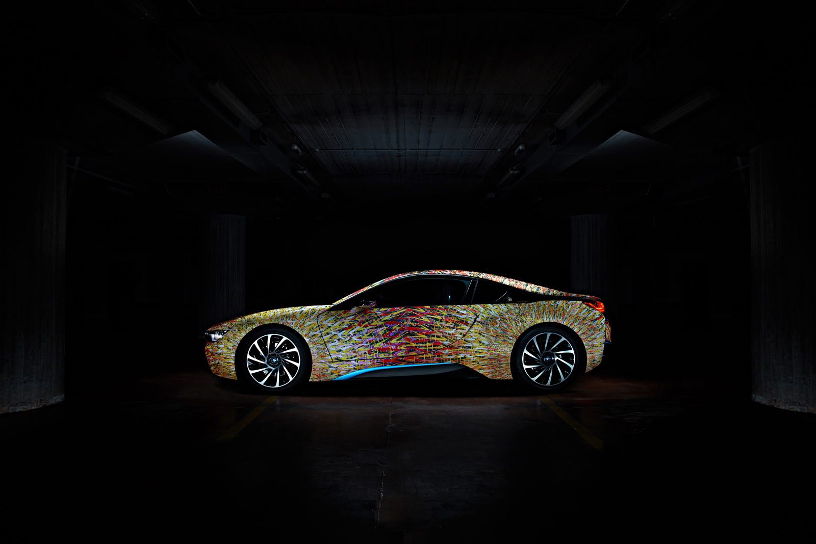 Lạ mắt với BMW i8 bản Futurism Edition cầu vồng