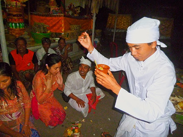 Ceremonia de conversión al hinduismo en Bali