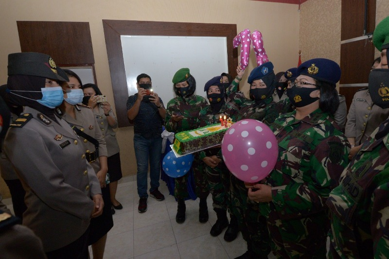 WAN TNI Beri Kejutan Polwan Polres Tanjungpinang