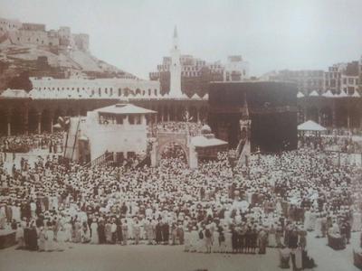 صورة  الصلاة حول الكعبة عام 1889م