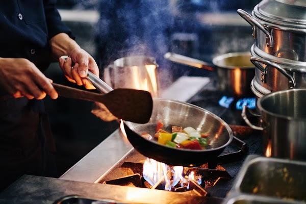 Investigadores analizan el impacto del uso de cocinas de inducción y a gas en la economía y salud de los ecuatorianos