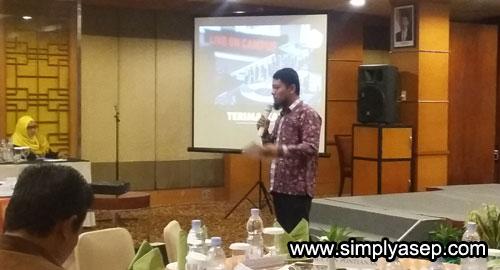 MC : Ainul Yaqin Dari KOPI Kalbar menjadi Moderator dalam acara Sarasehan yang digelar HCC Kalbar hari itu.   Foto Asep Haryono