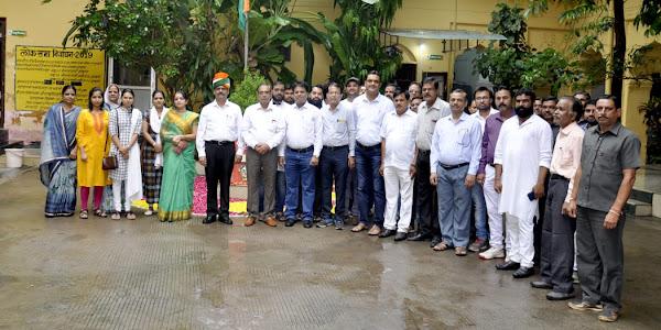 सहकारी केन्द्रीय बैंक में मुख्य कार्यपालन अधिकारी पी.एन.यादव द्वारा ध्वजारोहण किया गया
