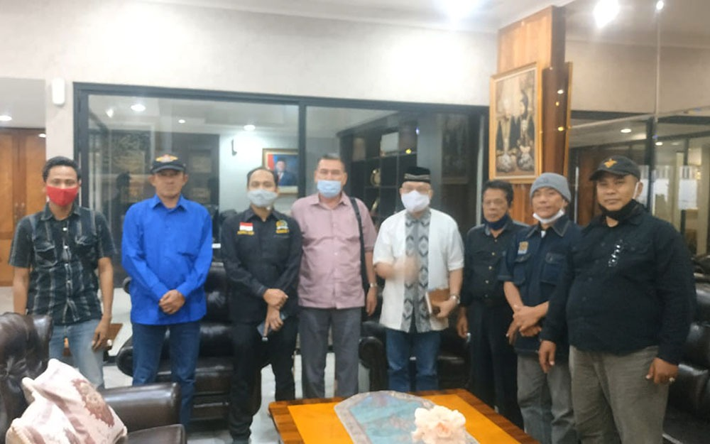 Ramli (tengah, kemeja garis-garis pink muda) saat mengadu ke Ketua Komite I DPD-RI, Fachrul Razi (di samping kanan Ramli), didampingi pengurus Topan-RI dan PPWI