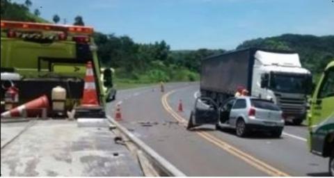 Colisão frontal entre caminhões envolve veiculo de passeio e mata uma pessoa na BR 277 em Nova Laranjeiras