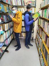 Мальчики подбирают книги фото