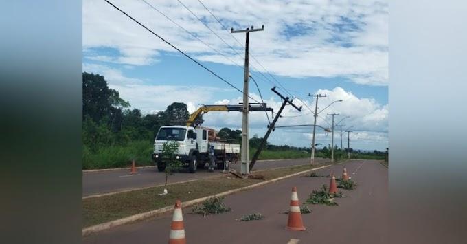 Carro bate e destrói poste de energia elétrica em Itaituba