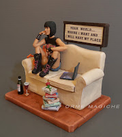 idee regalo originali per fidanzati statuette singole o coppia ragazza seduta su divano orme magiche