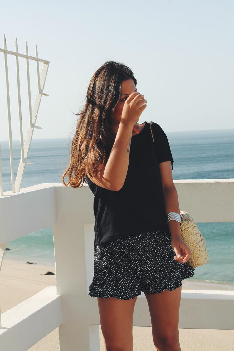 Look con shorts de lunares y cesta