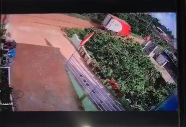 Nhân viên đánh rớt thùng hàng