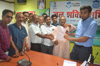 डीएम जौनपुर अरविंद मल्लपा बंगारी को ज्ञापन सौंपते पत्रकार यूनियन के पदाधिकारी।