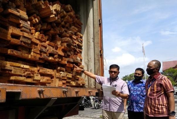 Polda Riau Gagalkan Upaya Penyelundupan Ribuan Kayu Ilegal
