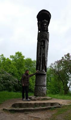 monolito-piedra-lago-lituania-trakai-enlacima