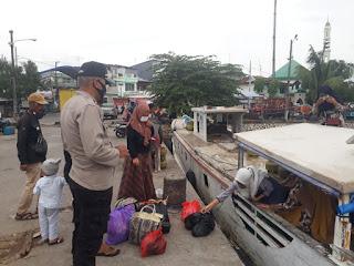 Ingatkan Protokol Kesehatan, Unit Binmas Polsek Paotera Rutin berikan Imbau Pada Warga Pulau