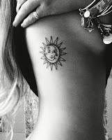 Tatuajes femeninos en las costillas sol y luna