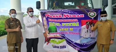 Bupati Maluku Tenggara M. Thaher Hanubun, Sekda A Yani Rahawarin dan Kadis Perindag saat membuka sekaligus menggelar pelepasan tim ke lokasi pasar murah
