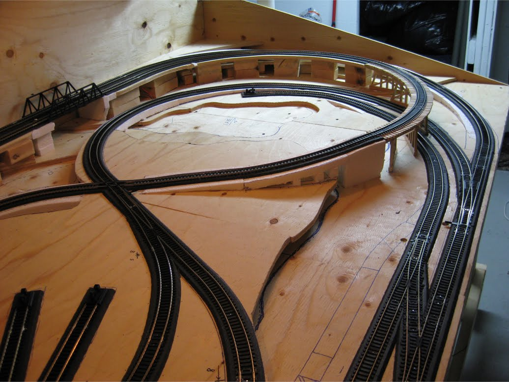 4 x 8 model railroad benchwork with completed track on foam roadbed
