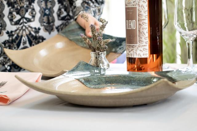Prato de cerâmica sendo colocado na mesa