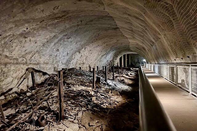 """""""Un tunnel du camp de Dora encombré de débris en fer"""""""
