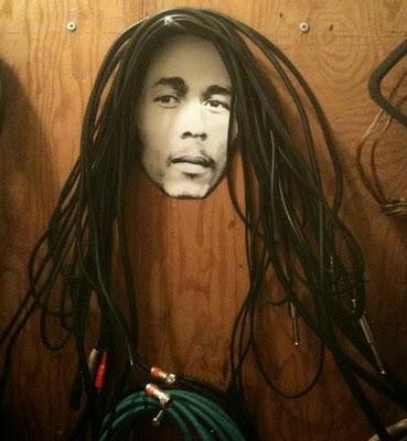Un simple clavo y una foto de Bob y listo tienes tus cables acomodados de una forma muy ingeniosa.
