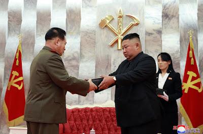 Imágenes de Kim Jong-un rodeado por generales posando 'a lo James Bond' con pistolas conmemorativas