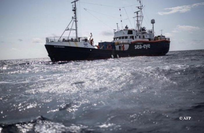 """A pesar de la pandemia un """"buque-taxi"""" recogerá inmigrantes en el mediterráneo"""