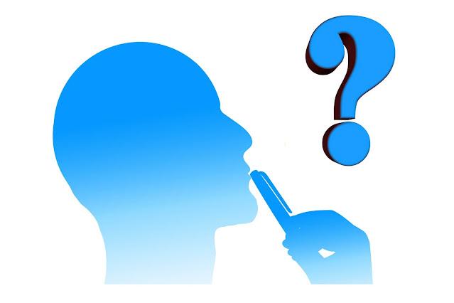 Silhueta de boneco pensando com uma caneta na boca e um ponto de interrogação próximo à cabeça