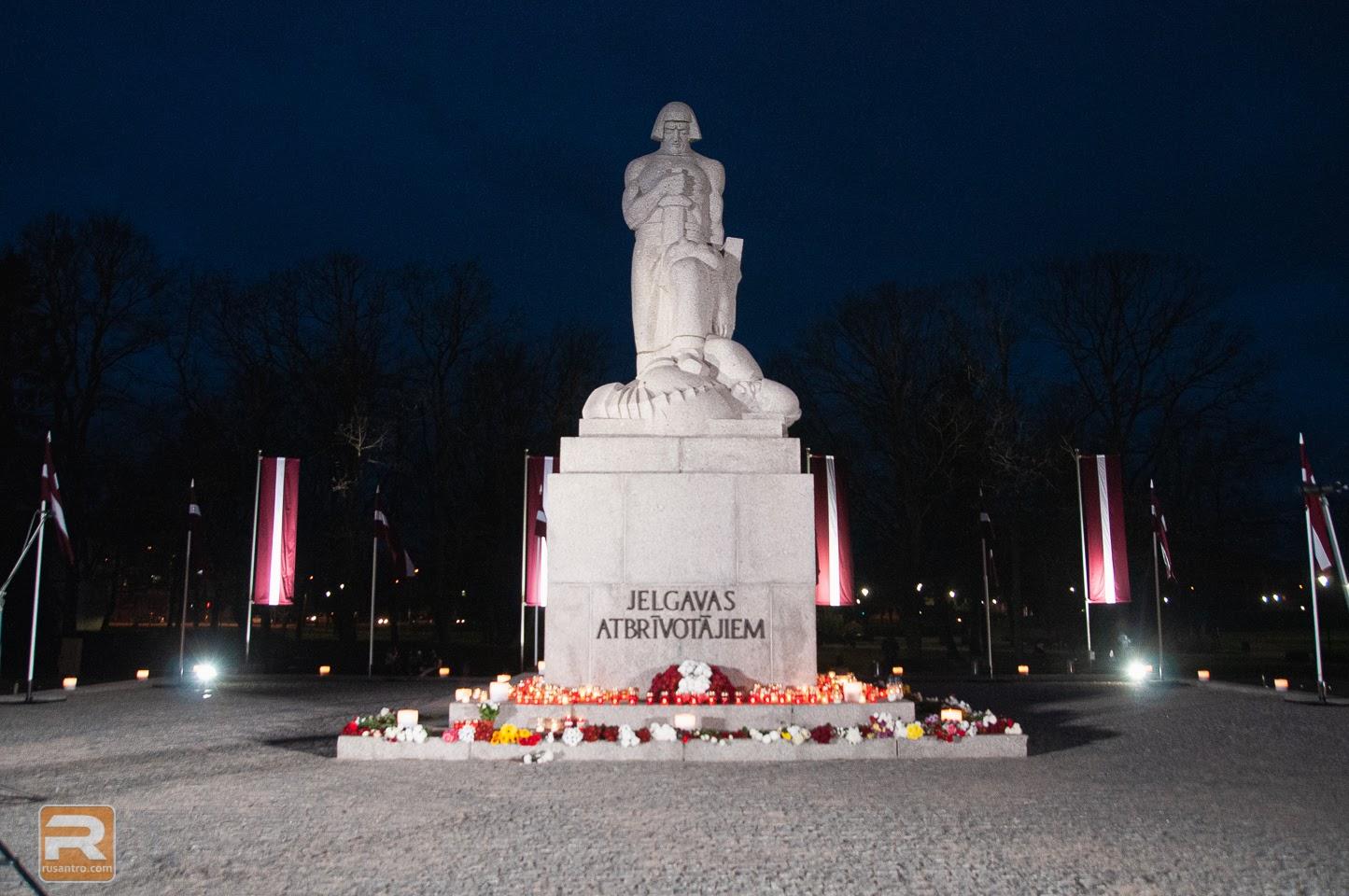 Izgaismots piemineklis Jelgavas atbrīvotājiem