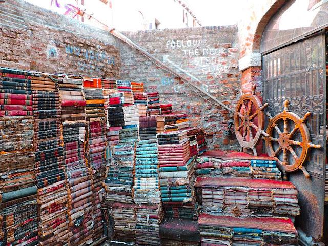 libreria acqua alta a Venezia