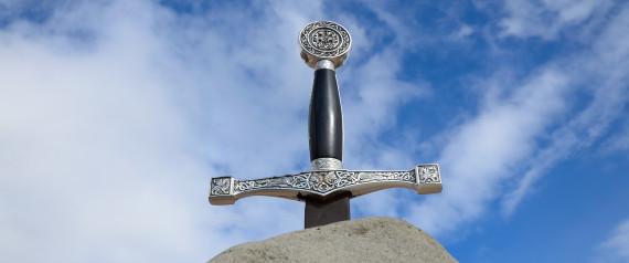Βρετανία: Κοριτσάκι ανακάλυψε ξίφος στη λίμνη όπου λέγεται πως ο βασιλιάς Αρθούρος έριξε το θρυλικό Εξκάλιμπερ