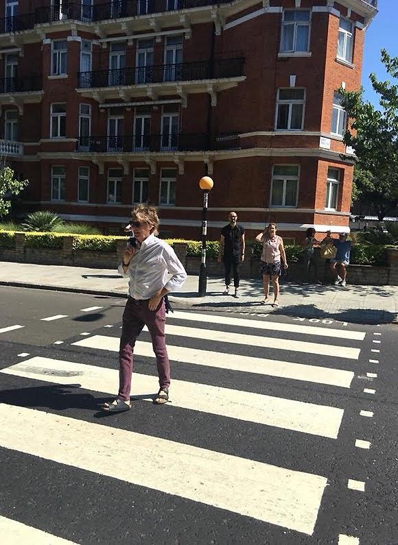 Paul McCartney traverse Abbey Road pour donner un concert