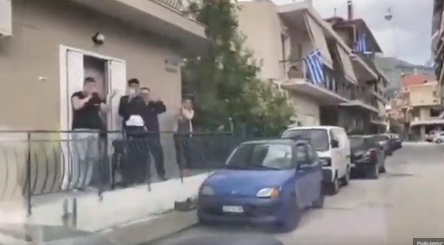 Εθνικά εμβατήρια στο Άργος με ντουντούκα για την Εθνική εορτή (βίντεο)