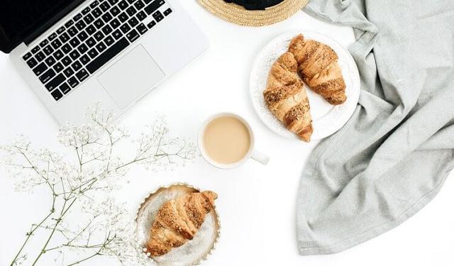 laptop kawa i rogaliki