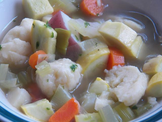 Klassisk klar suppe med melboller og grøntsager