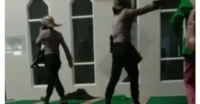 Polisi Bersepatu Masuk Masjid Dipenjara 14 Hari