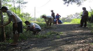 Bersih Desa bersama Masyarakat di Dusun Bulung Tengah