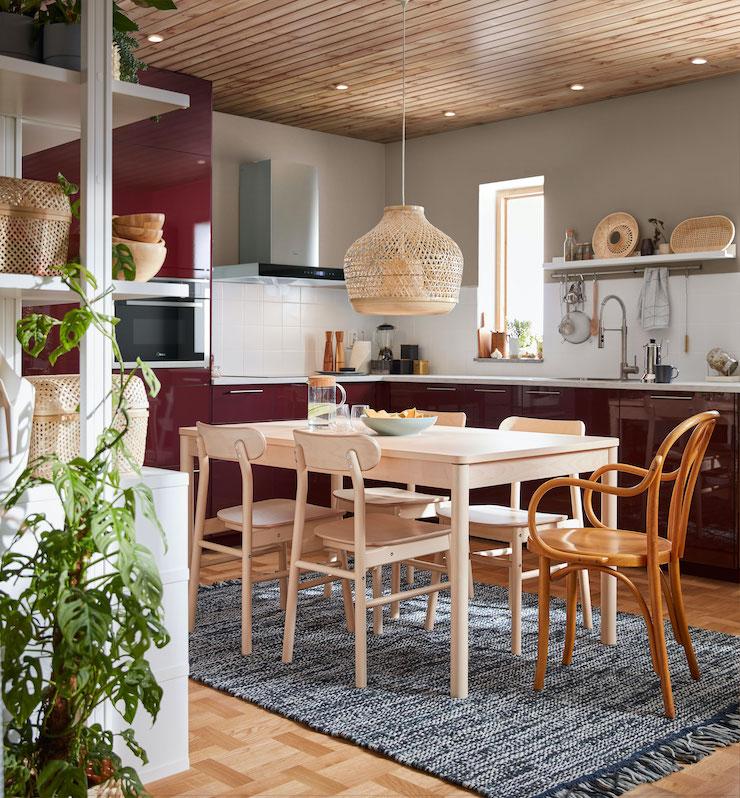 Cocina de IKEA de color rojo brillante.