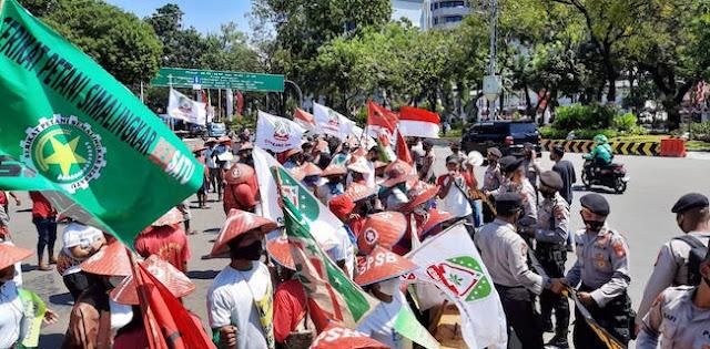 Di Depan Istana, Ratusan Petani Menuntut Kepastian Hukum Tertulis Dari Jokowi
