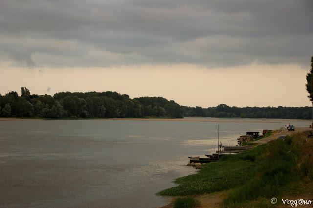 Il fiume Loira scorre placido accanto a Montsoreau
