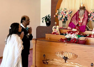 Rajinikanth Offering Prayers With his Daughter Aishwarya in an US Shrine