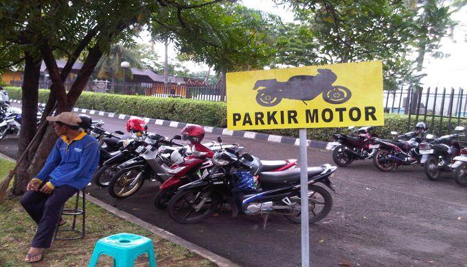 Saat Parkir Motor, Usahakan Jangan Pakai Standart Samping !