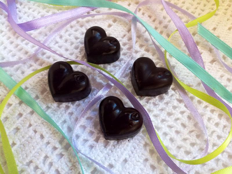 Cioccolatini fatti in casa con olio di cocco, cacao e sciroppo di agave