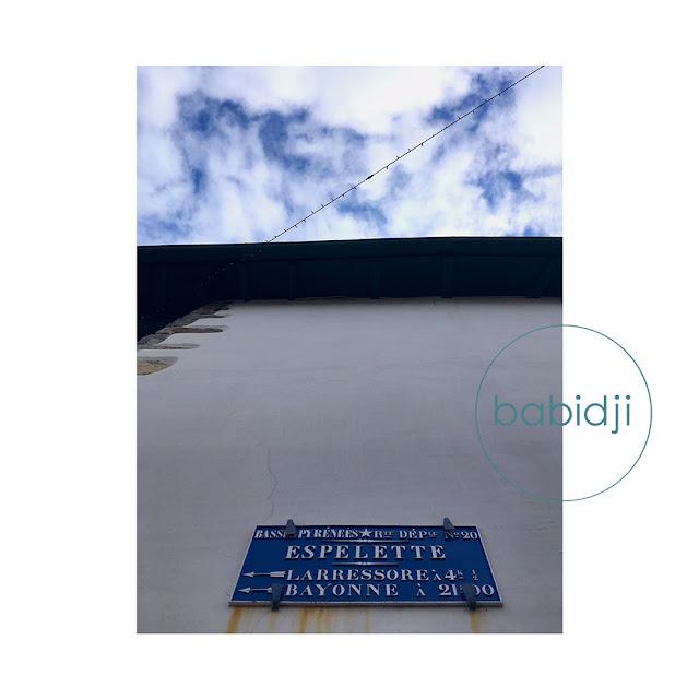 indication de direction sur une façade de maison à Espelette