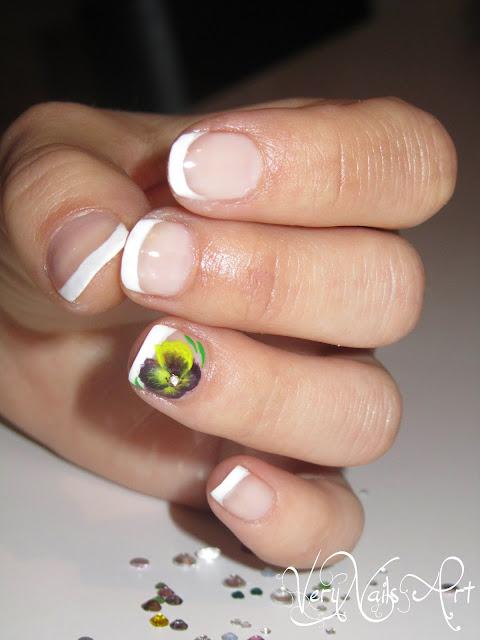 Manicura francesa con flor morada y amarilla