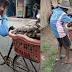 Walaupun Kakinya Bengkak, Kakek 80 Tahun ini Tetap Jualan Pisang Dengan Mendorong Sepedanya